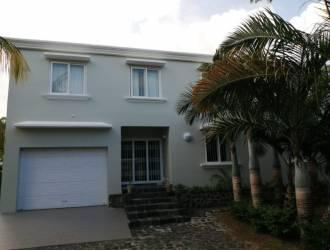 Charmante maison/villa contemporaine à vendre à St Antoine avec piscine.